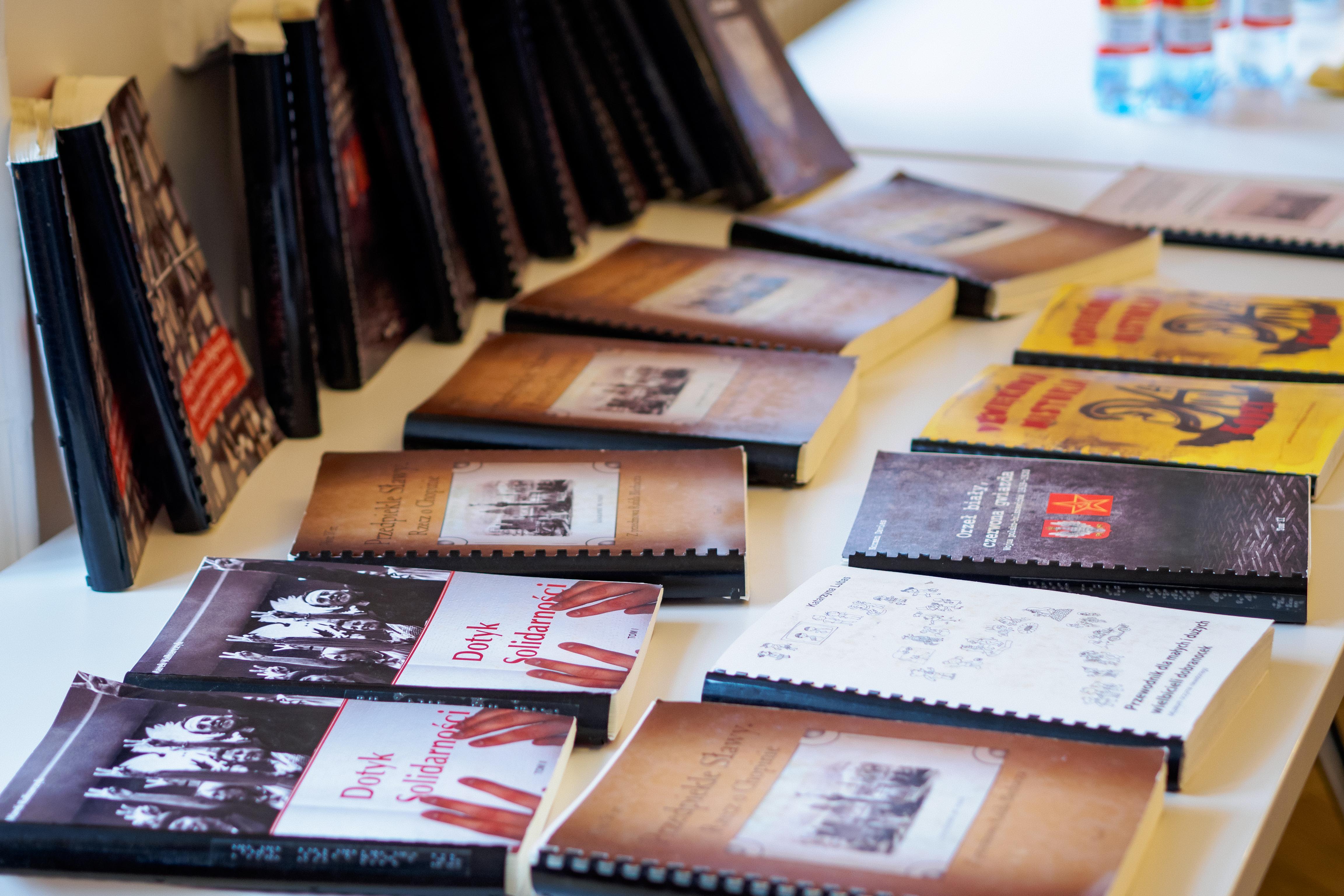 Stolik z publikacjami brajlowskimi.