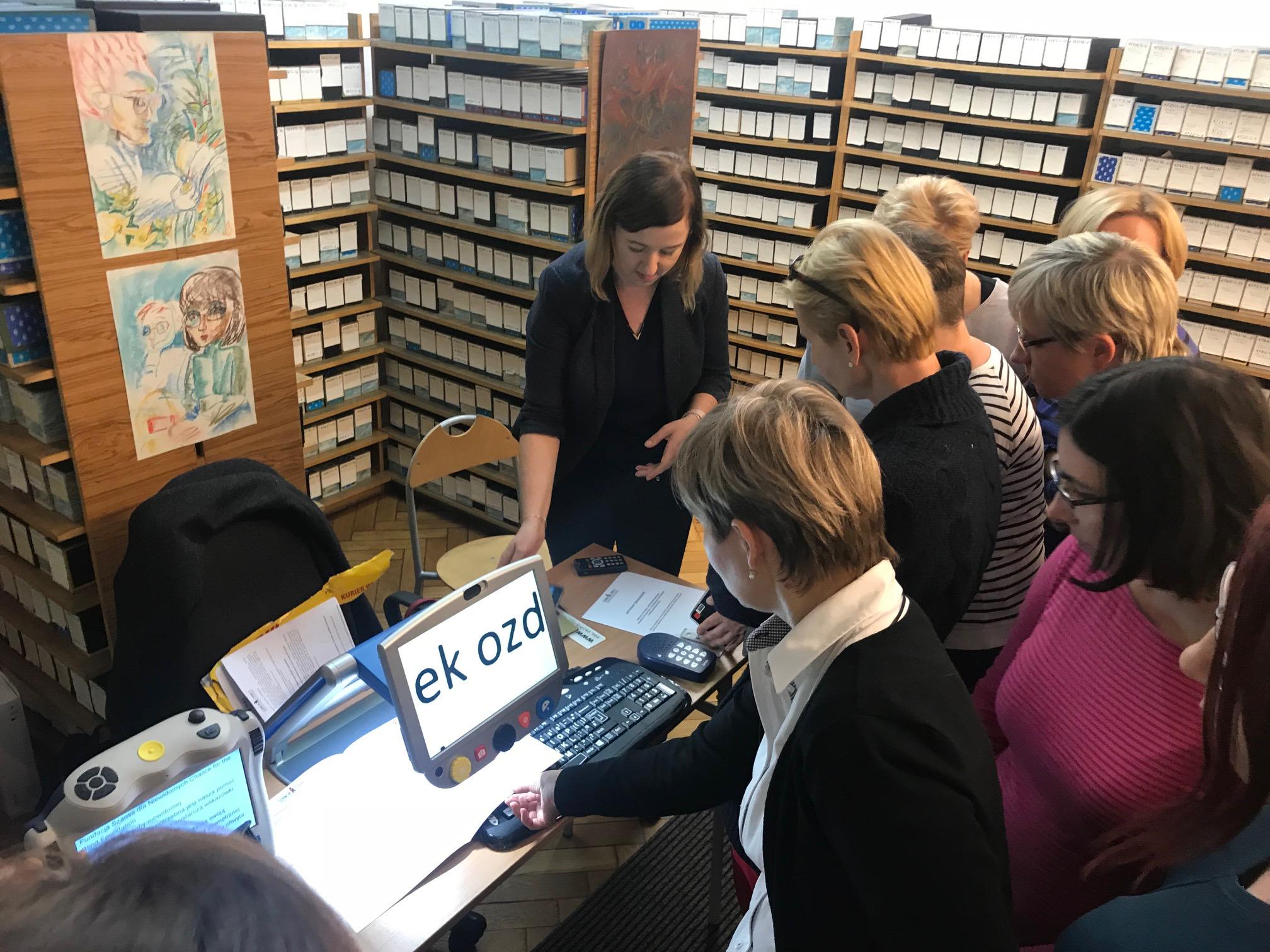 w bibliotece - uczestnicy sprawdzają działanie powiększalnika