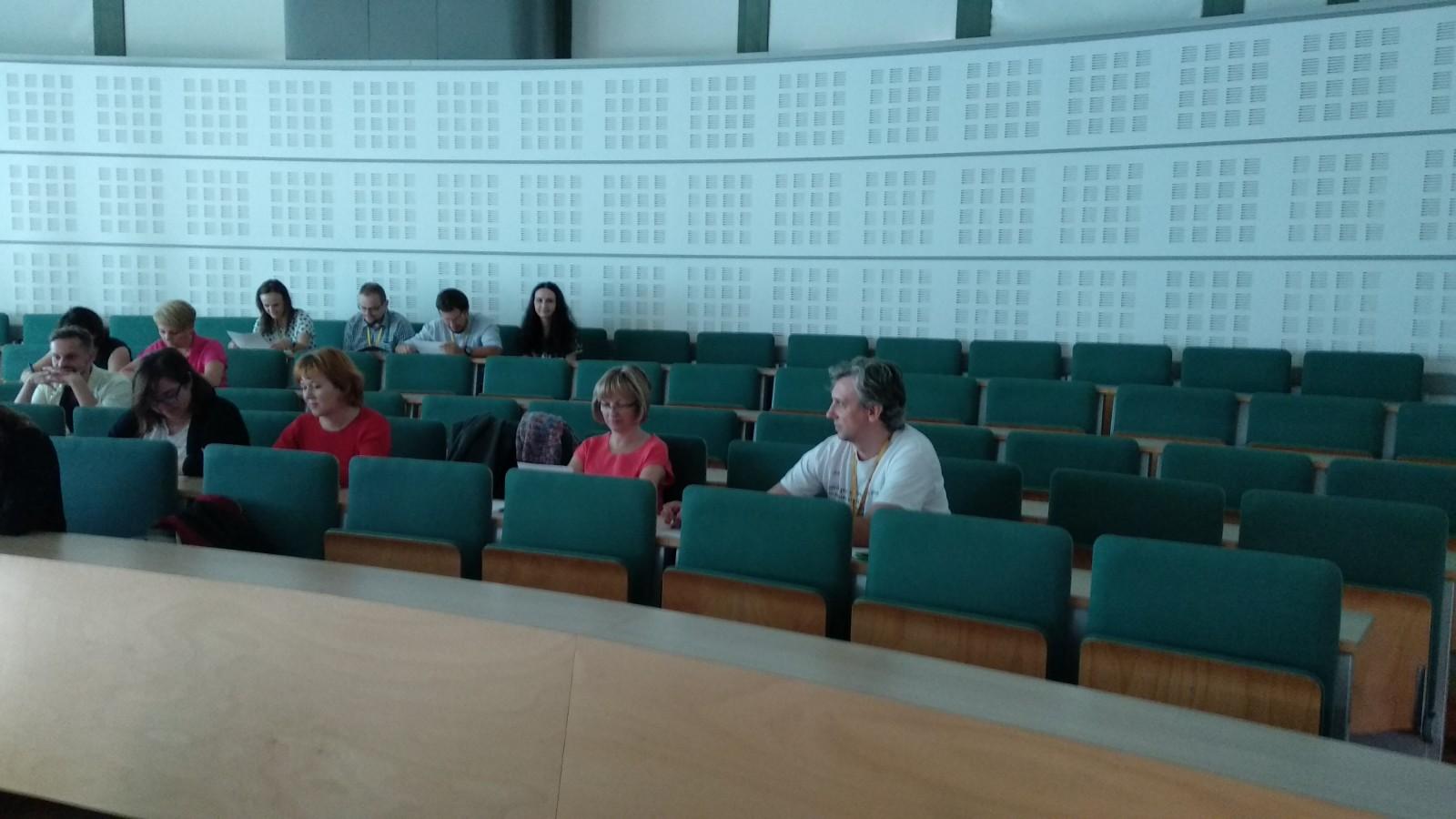w auli siedzą osoby uczestniczące w szkoleniu