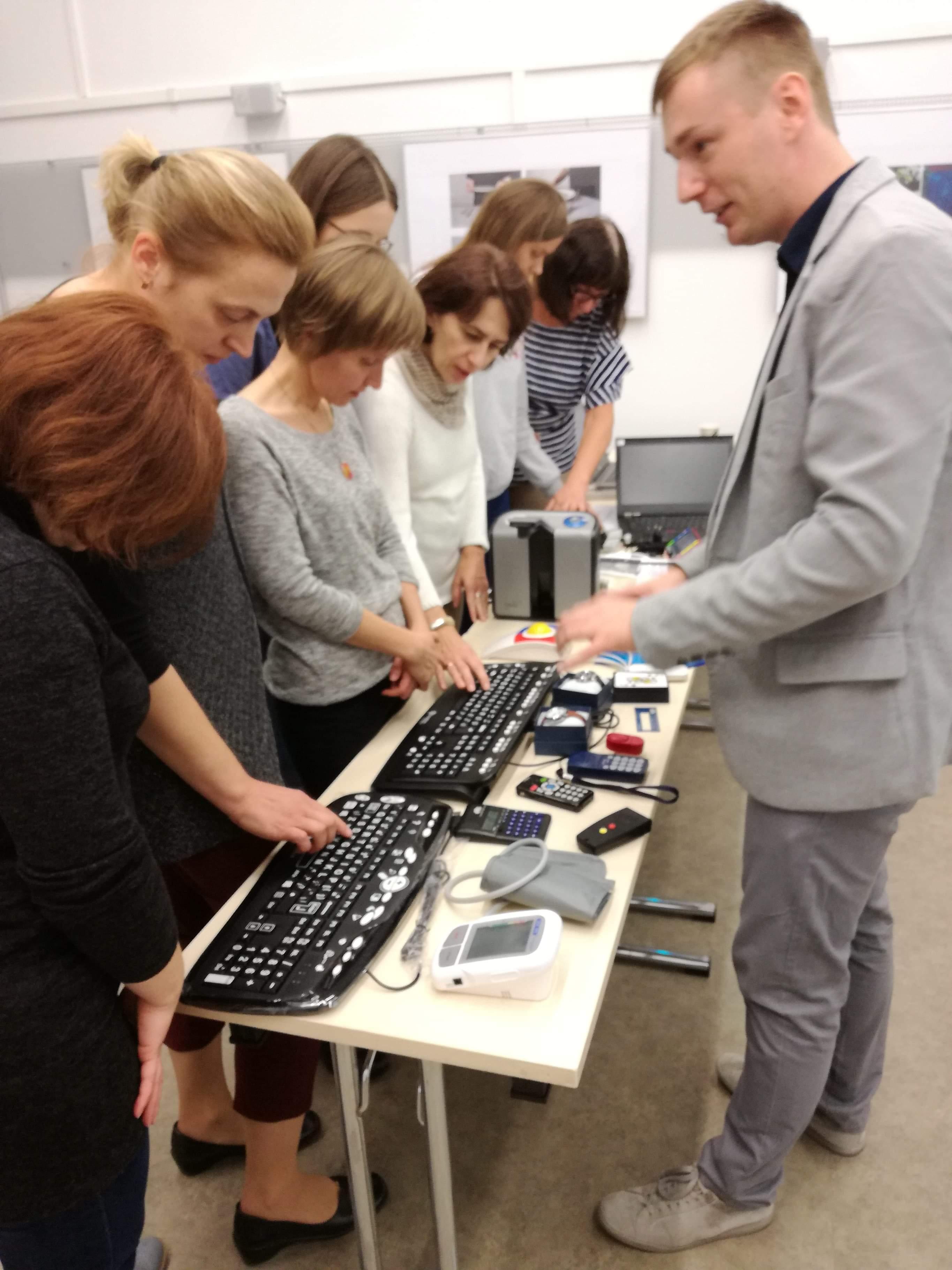 osoby szkolone ze sprzętu, dotykają klawiatury