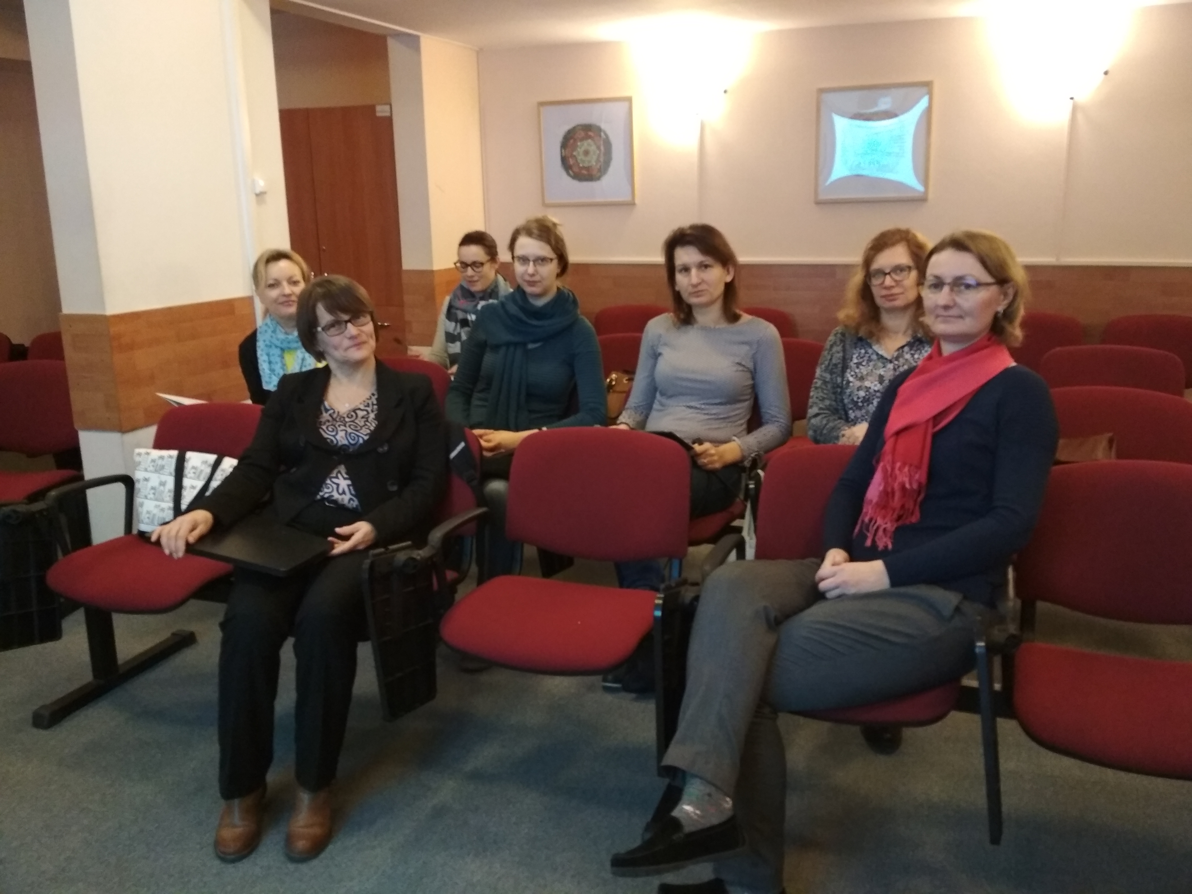 7 uczestniczek siedzi w auli