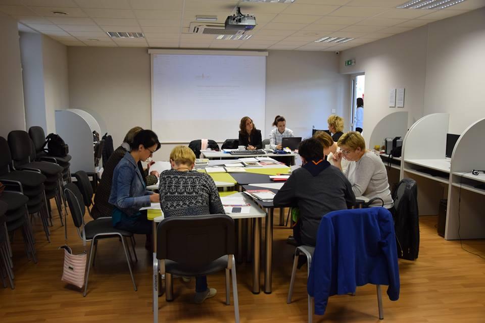 8 osób dookoła stołu na szkoleniu