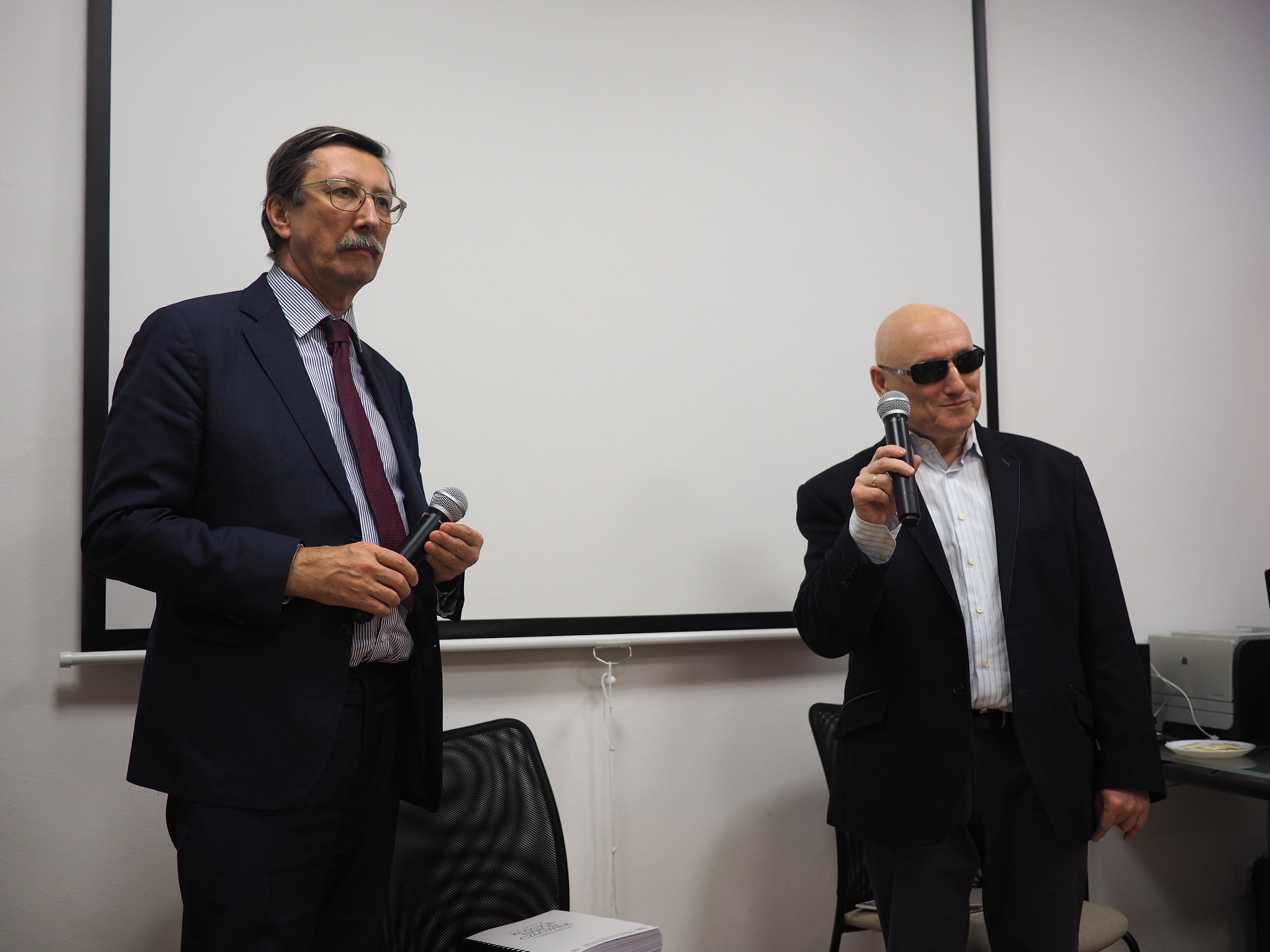 Profesor stoi po lewej str a Pan MArek po prawej