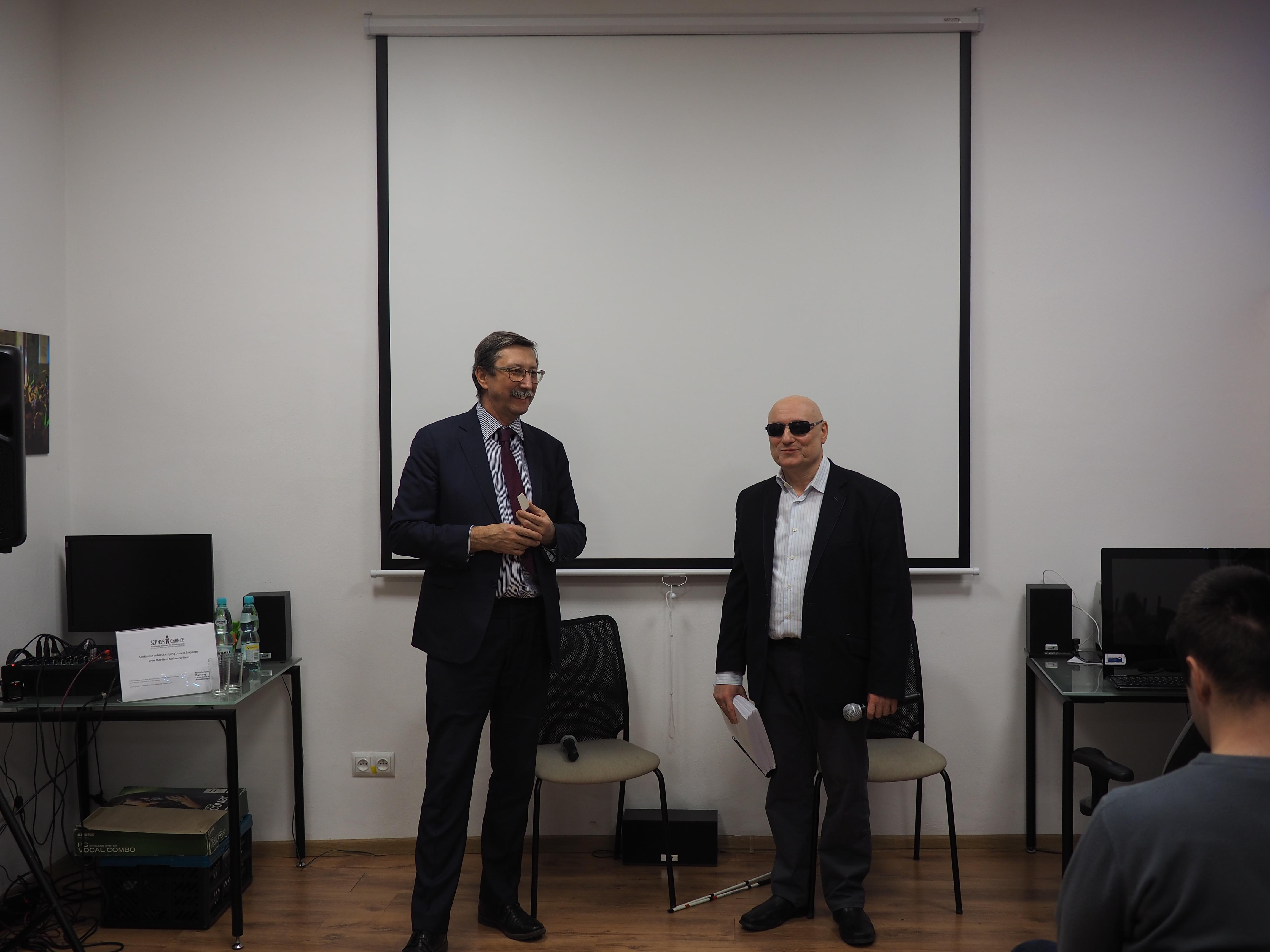 Prof i Pan Marek stoją z opłatkiem