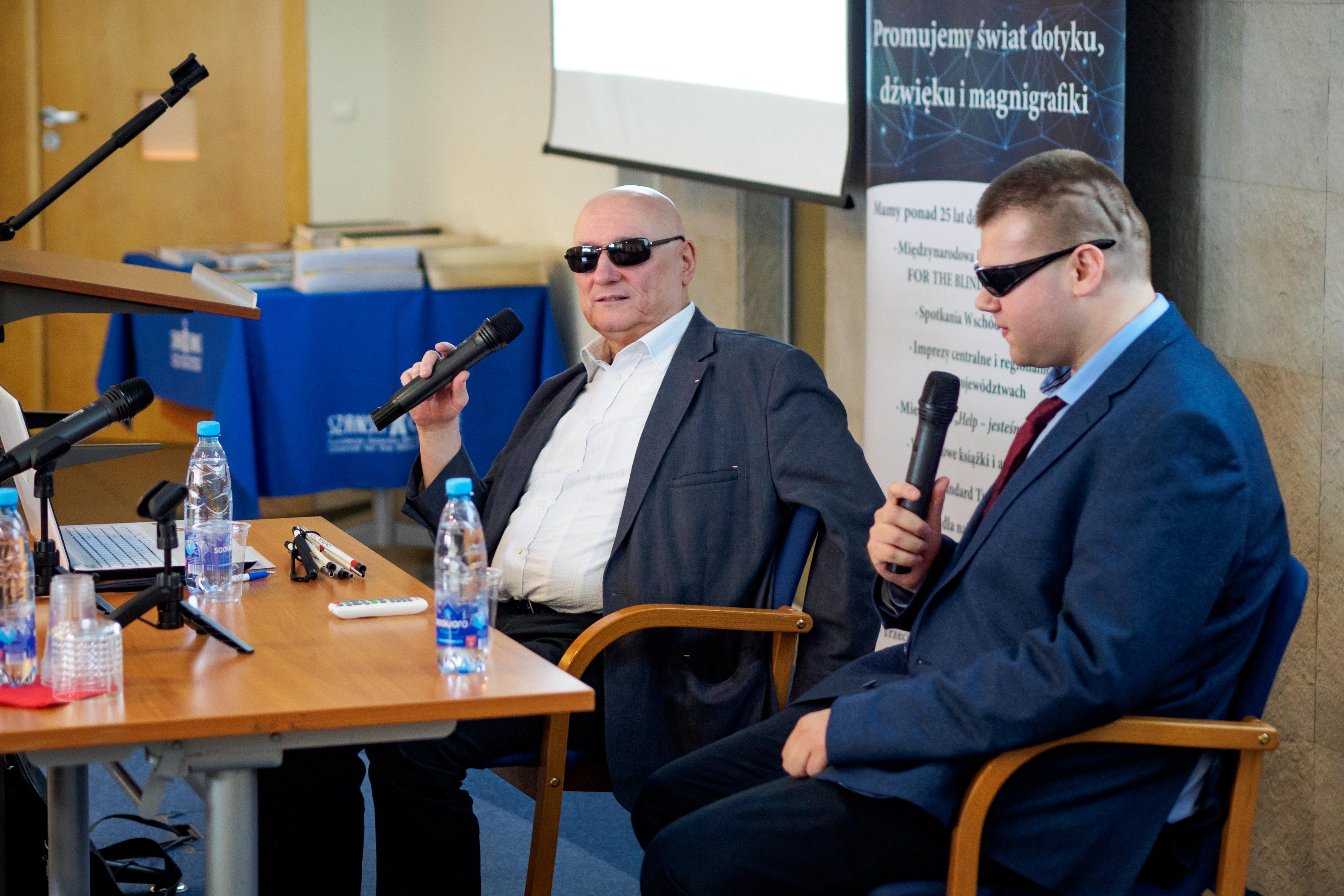 Dwóch niewidomych mężczyzn przy stole. Jednym z nich jest Pan Marek Kalbarczyk.