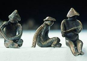 3 statuetki IDOLA, siedzące postacie, każda w innej pozycji