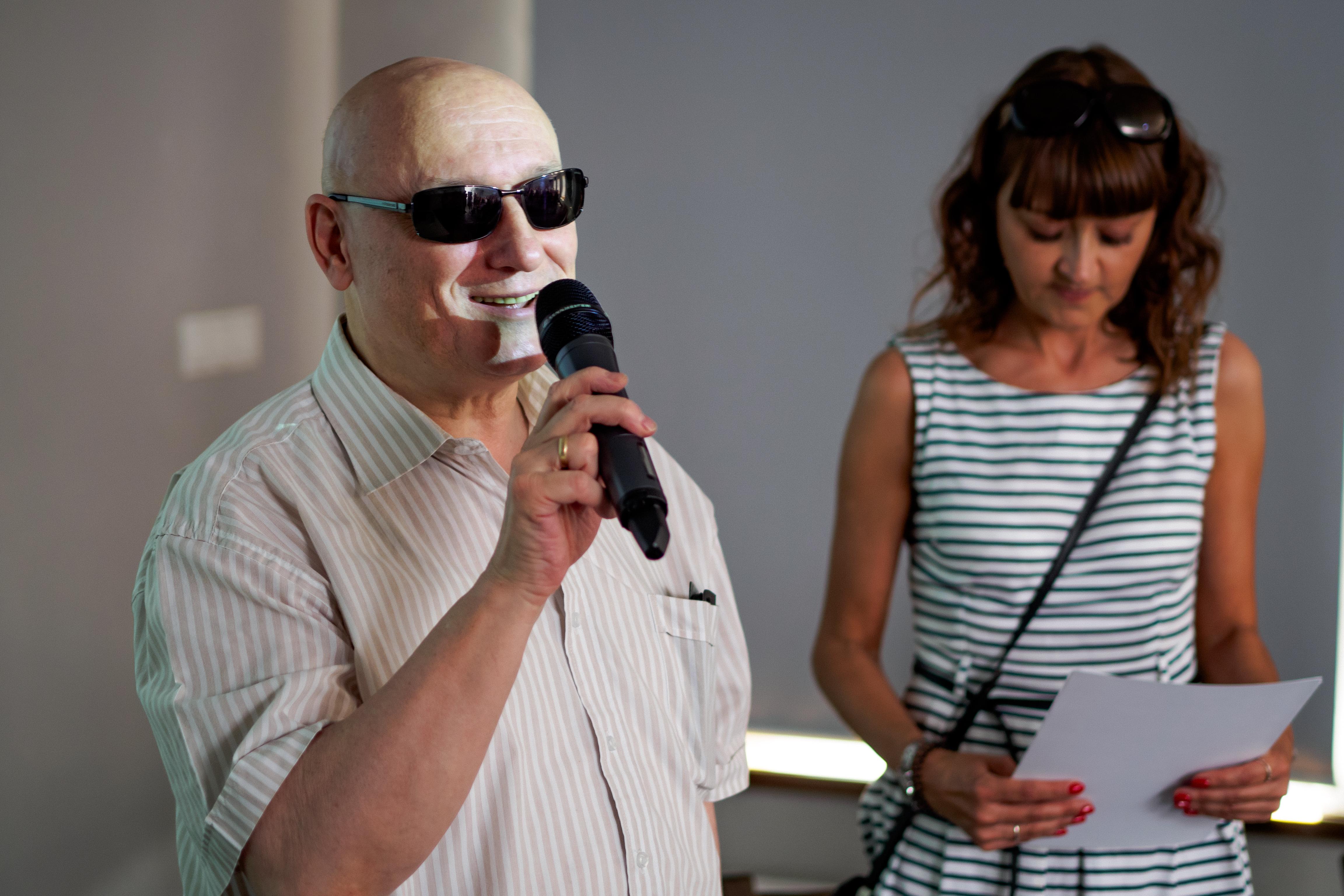 Pan Marek Kalbarczyk stojący obok kobiety.