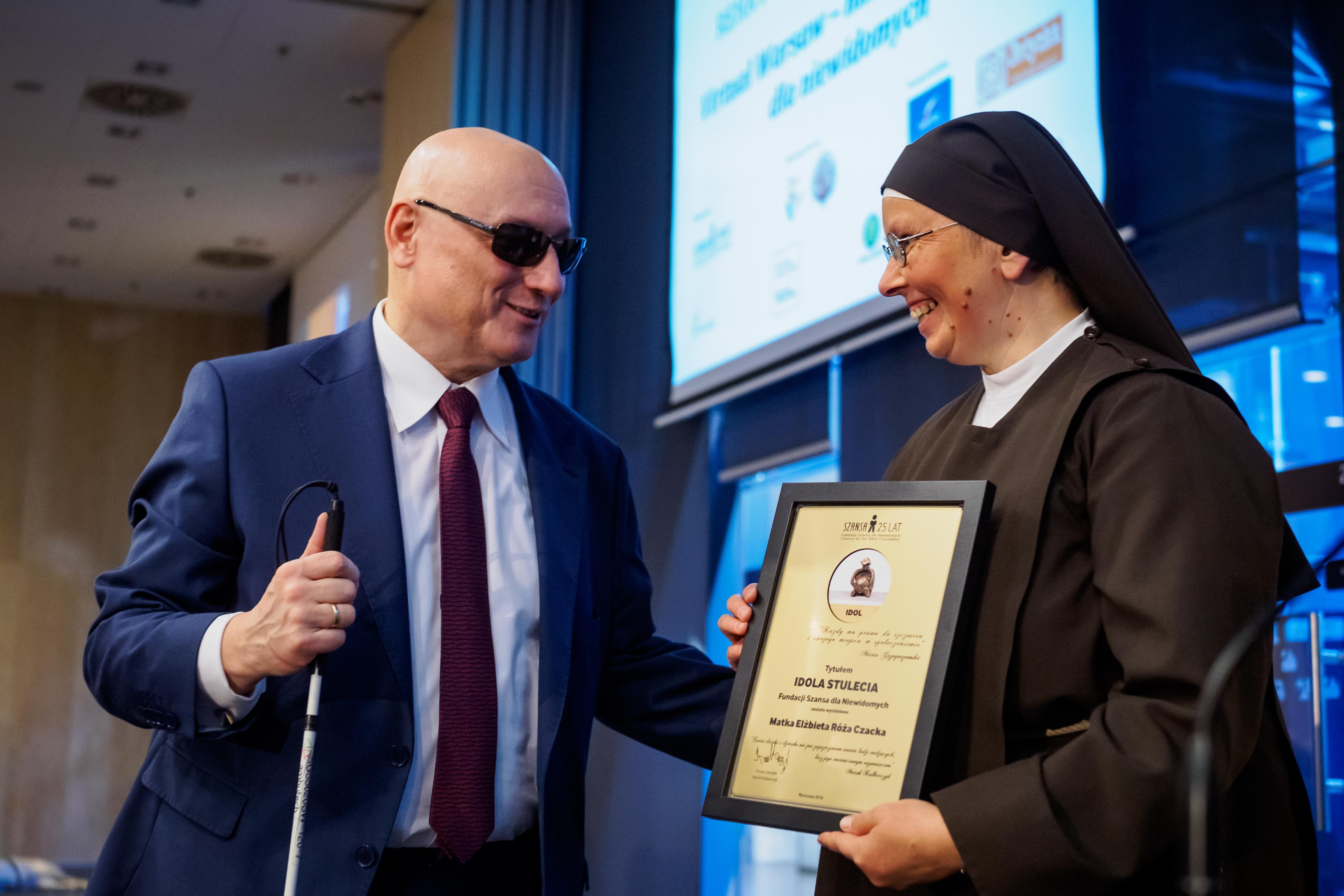 Siostra odbiera nagrodę Idola Stulecia dla Marki Elżbiety Róży Czackiej.